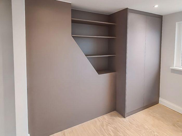 https://www.inspiredelements.co.uk/wp-content/uploads/2020/04/08_Hinged-wardrobe-with-display-shelving_1-kопировать-700x524.jpg