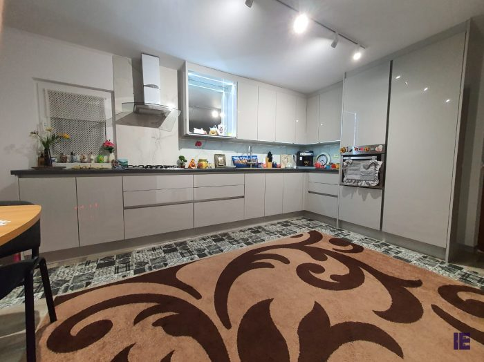 https://www.inspiredelements.co.uk/wp-content/uploads/2020/04/10_Kitchen-Handless-White-Gloss-700x524.jpg