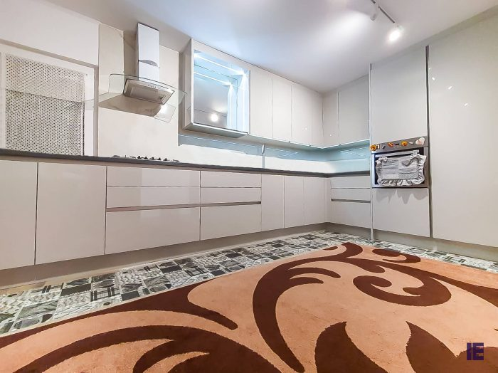 https://www.inspiredelements.co.uk/wp-content/uploads/2020/04/10_Kitchen-Handless-White-Gloss_2-700x524.jpg