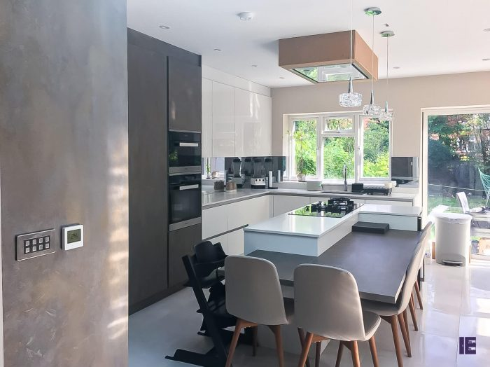 https://www.inspiredelements.co.uk/wp-content/uploads/2020/04/Kitchen-Handless-Grey-White-Gloss-700x524.jpg