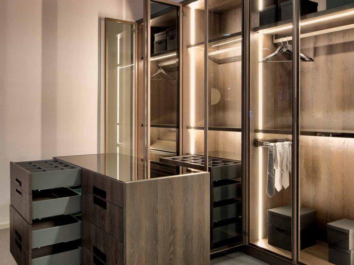 https://www.inspiredelements.co.uk/wp-content/uploads/2020/04/Linear-Glass-Fitted-Wardrobe-dark-wood-internal-led-10-700x524.jpg