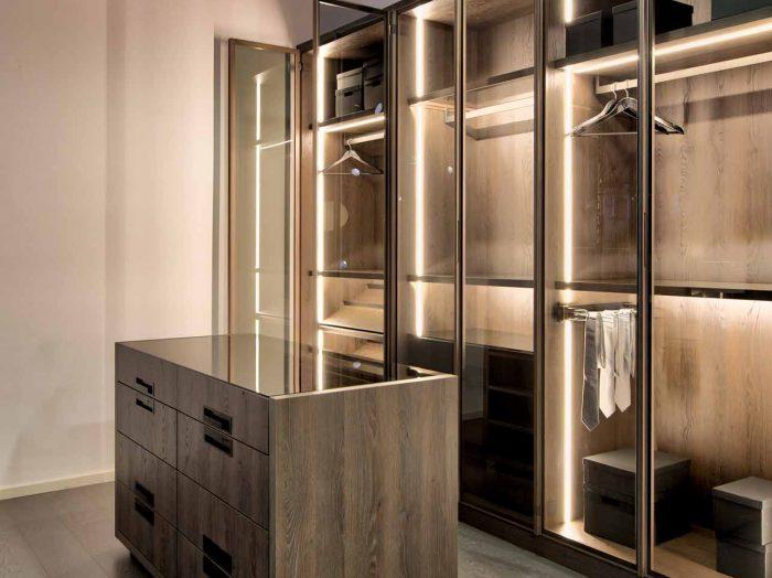 https://www.inspiredelements.co.uk/wp-content/uploads/2020/04/Linear-Glass-Fitted-Wardrobe-dark-wood-internal-led-13-700x524.jpg