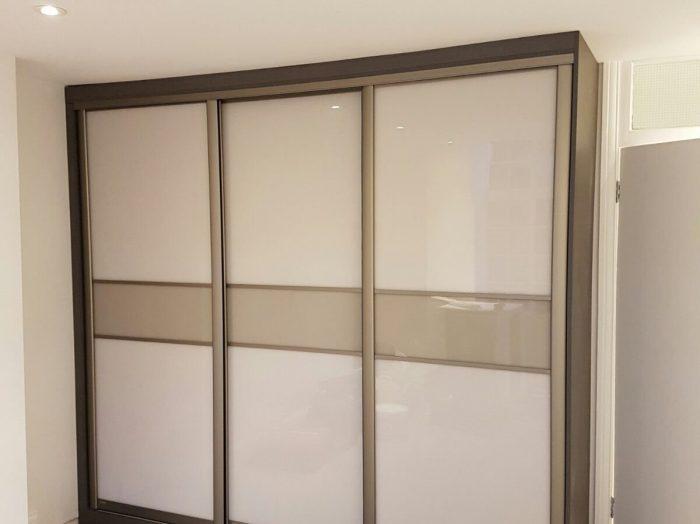 https://www.inspiredelements.co.uk/wp-content/uploads/2020/04/sliding_wardrobe-white-with-divider-WA0024-700x524.jpg