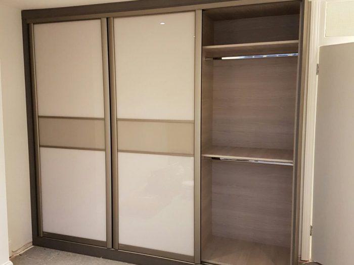 https://www.inspiredelements.co.uk/wp-content/uploads/2020/04/sliding_wardrobe-white-with-divider-WA0027-700x524.jpg