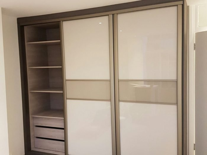 https://www.inspiredelements.co.uk/wp-content/uploads/2020/04/sliding_wardrobe-white-with-divider-WA0029-700x524.jpg