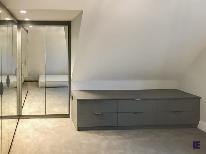 https://www.inspiredelements.co.uk/wp-content/uploads/2020/05/25-L-shape-hinged-mirror-wardrobe3-2-700x524.jpg